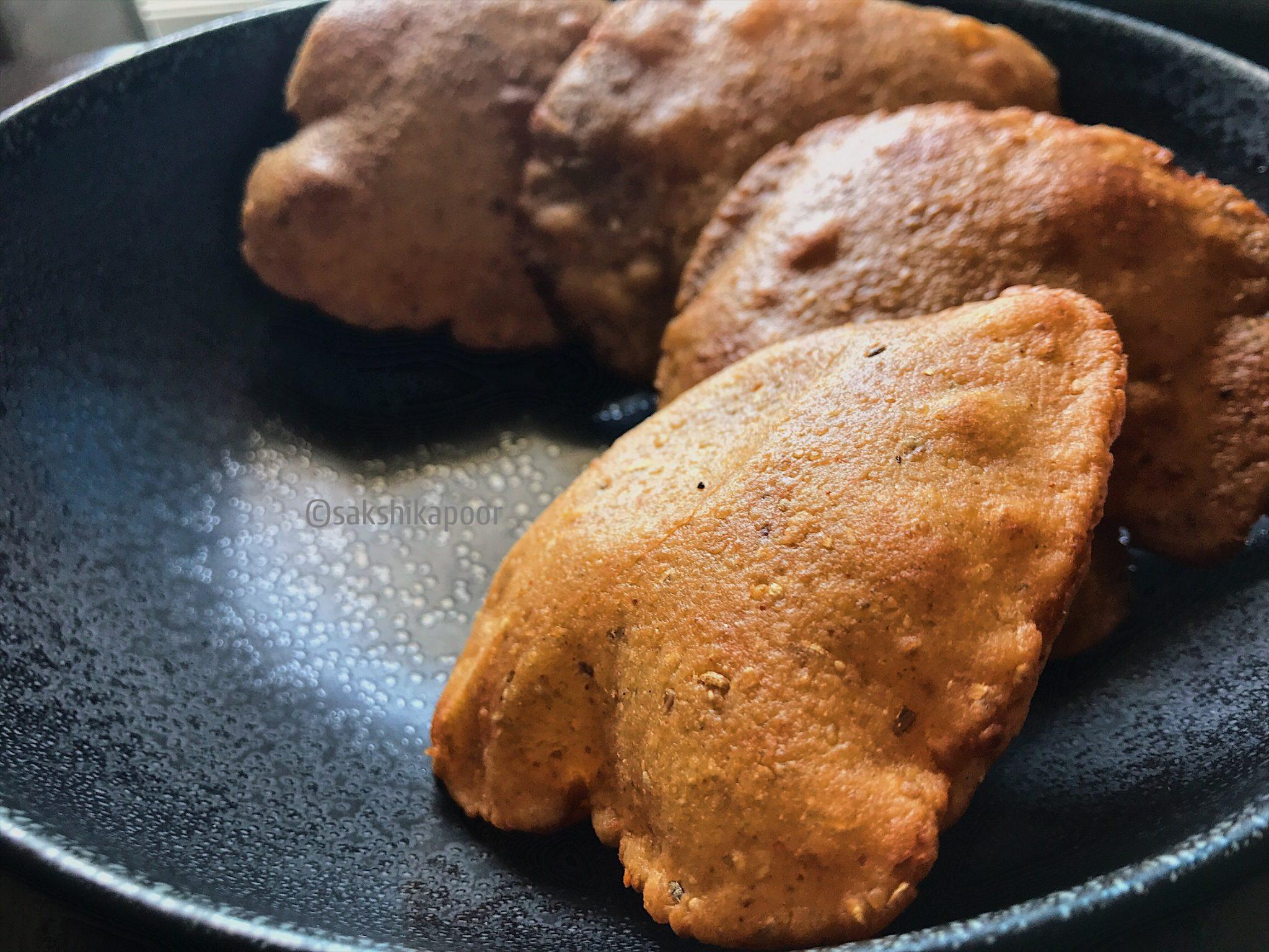 Crispy Urad dal poori recipe