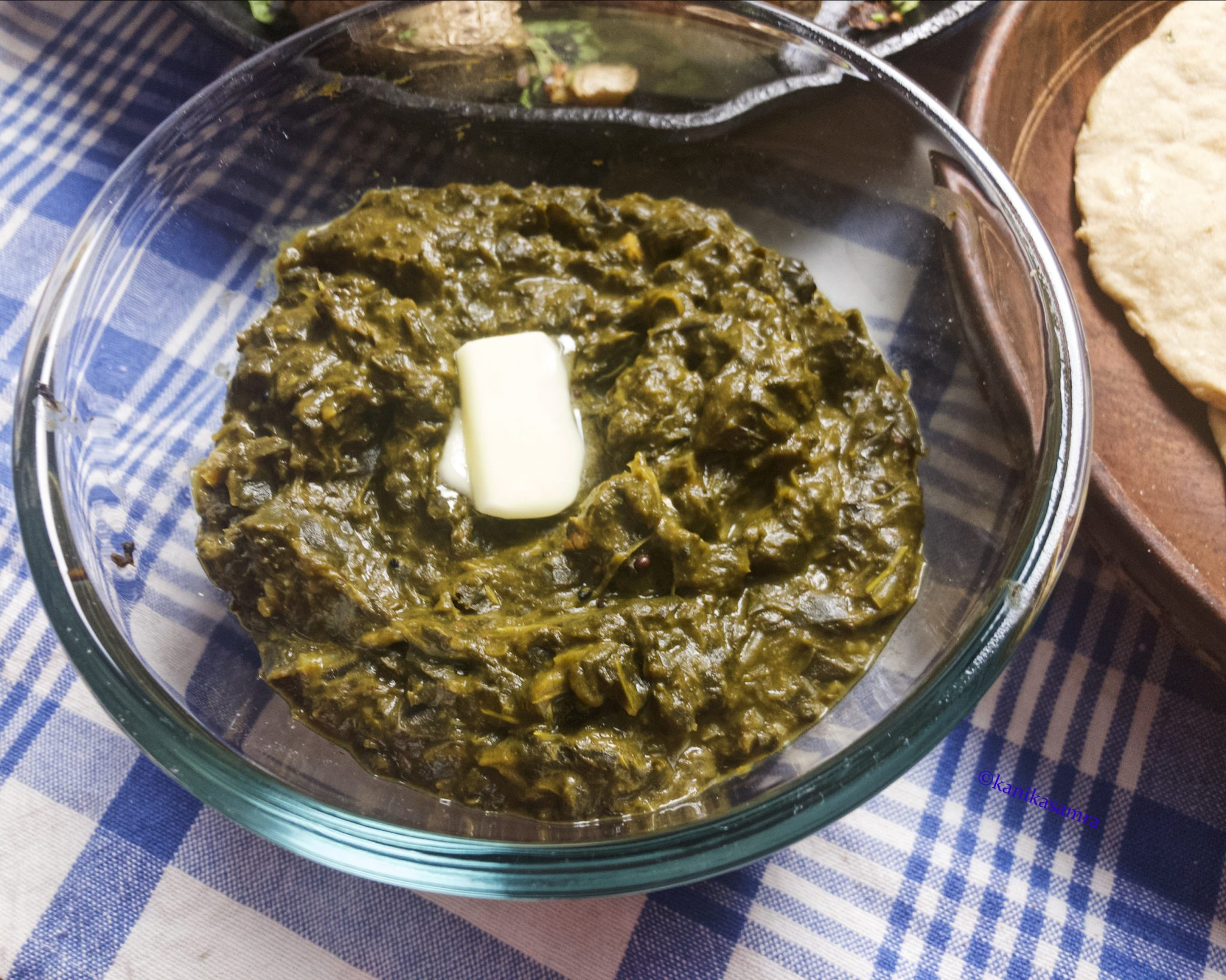 Haak ka saag in a serving bowl.